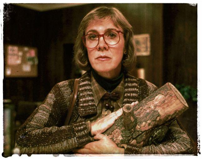 CATHERINE E. COULSON (1943-2015), LA FAMEUSE «FEMME À LA BÛCHE» DE LA SÉRIE «TWIN PEAKS» DE DAVID LYNCH.